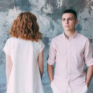 Beziehungsunfähigkeit: Eine Frau und ein Mann stehe sich gegenüber