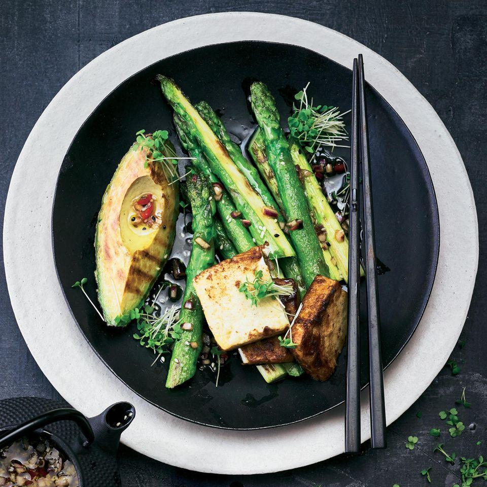 Gebratener Spargel mit Avocado, Tofu & Chili-Soja-Soße