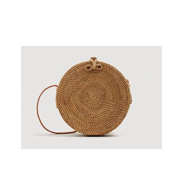 Runde Bambus-Tasche mit langen Schulterriemen. Von Mango, um 70 Euro.
