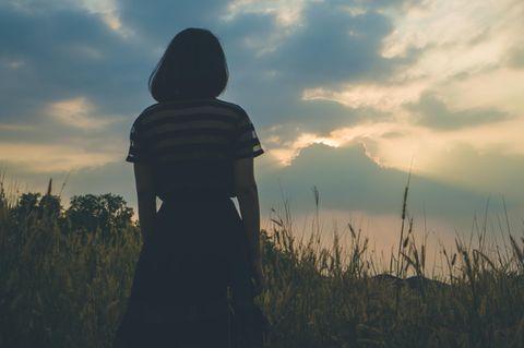 Angst vor der Welt: Frau auf dem Feld