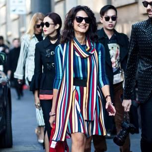 Frau trägt ein farbiges Outfit