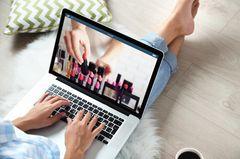 Frau lässt sich bei Pinterest inspirieren