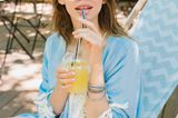 Frau trinkt Saftschorle