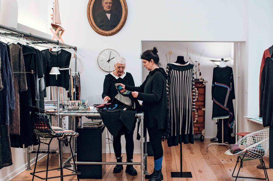 Mehrgenerationenprojekt: Muuter und Tochter stehen in der Boutique