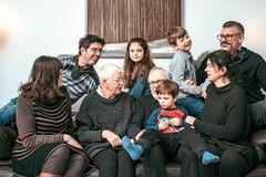 Mehrgenerationenprojekt: Eine Familie auf dem Sofa