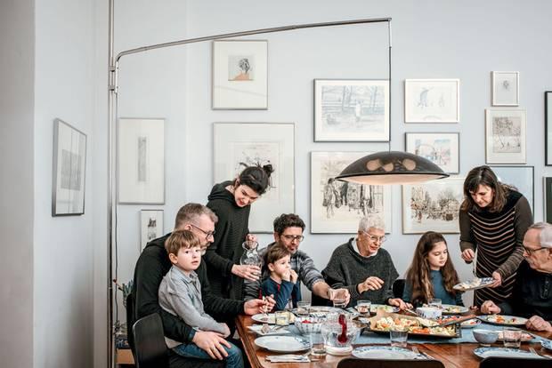 Mehrgenerationenprojekt: Familie beim Essen