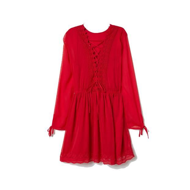 Diese Farbe steht jedem Teint: rotes Kleid von H&M, um 40 Euro.