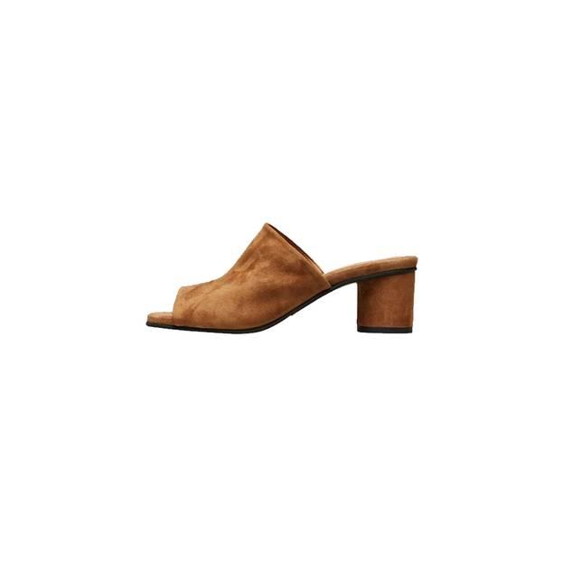 Mules bleiben im Trend. Dieses braune Paar mit halbhohem Absatz ist von Selected Femme, erhältlich für circa 100 Euro.