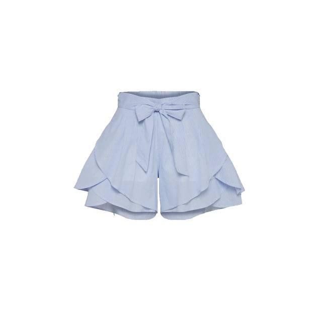 Blaue hochgeschnittene Shorts. Erhältlich über About You, um 25 Euro.