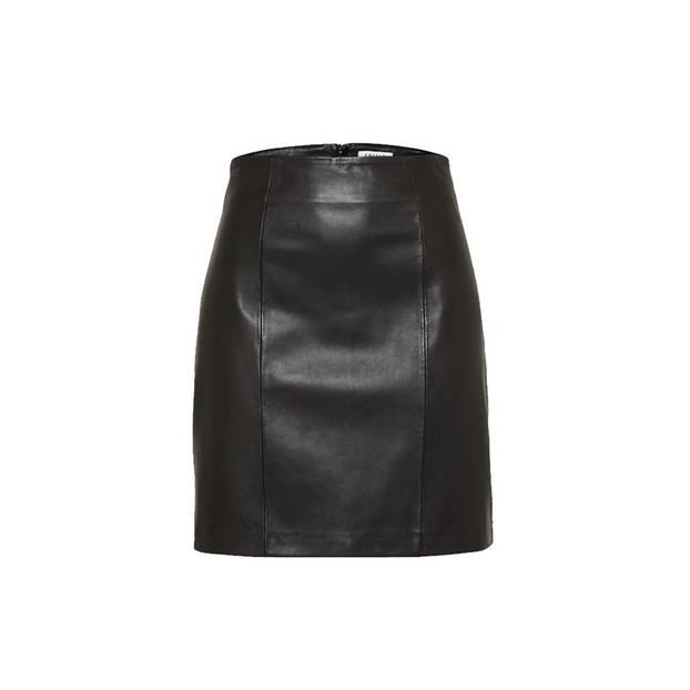 Der kommt einfach nie aus der Mode: schwarzer Lederrock von Edited, erhältlich über About You, um 130 Euro.