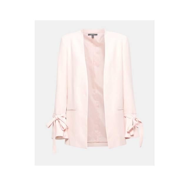 Schicker Blazer in der Trendfarbe Rosa mit Schlaufen an den Ärmeln. Von Esprit, erhältlich für circa 90 Euro.