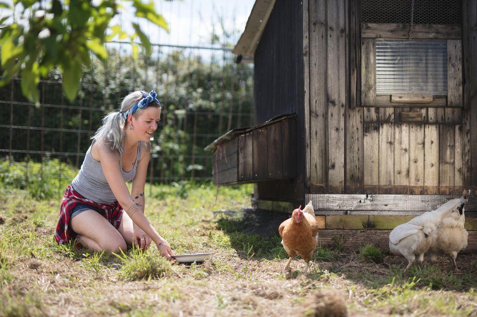 Einfach leben: Frau mit Hühnern