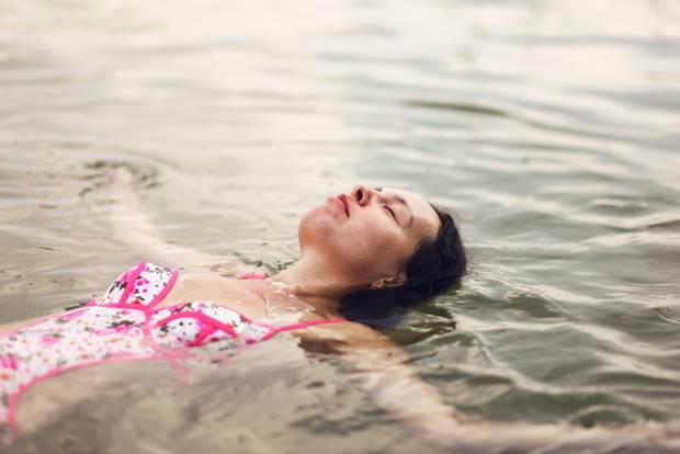 Einfach leben: Frau liegt im Wasser