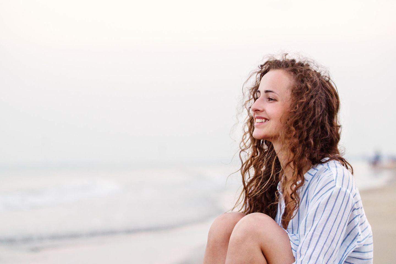 Einfach leben: Glückliche Frau am Strand