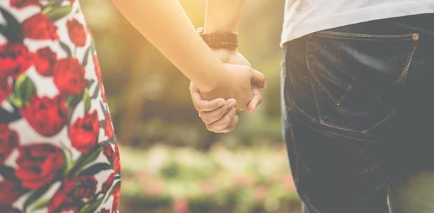 Die treuesten Sternzeichen: Paar hält Händchen