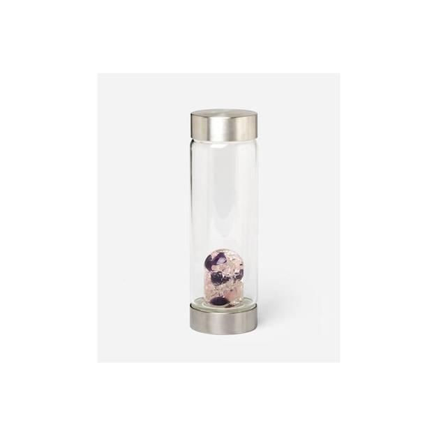 In dieser Trinkflasche enthalten: Rosenquarz, Amethyst und Bergkristall. Die Edelstein-Grundmischung soll dabei helfen, das allgemeine Wohlbefinden zu steigern und das darin enthaltene Wasser mit Mineralien und Spurenelementen anreichern. Über Soulzen, um 54 Euro.