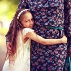 Muttertag Brigitte: Mädchen umarmt Mutter