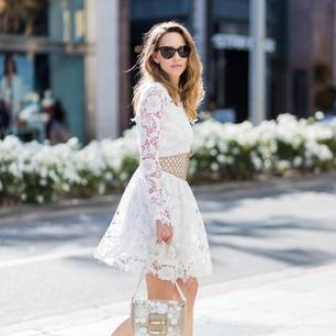 Frau trägt weißes Spitzenkleid