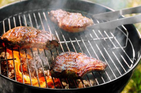 Grillrost reinigen: Grill mit Fleisch