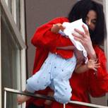 Michael Jackson hält Baby Blanket über den Balkon