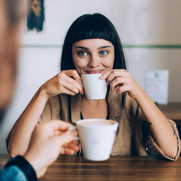 Sternzeichen, die bei Männern ankommen: Frau trinkt Kaffee