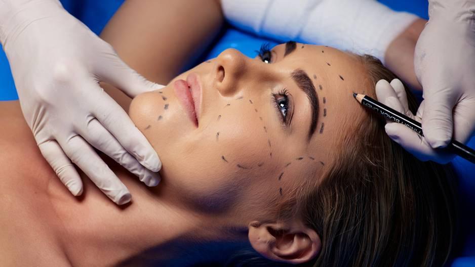 Schönheitschirurg zeigt perfektes Gesicht