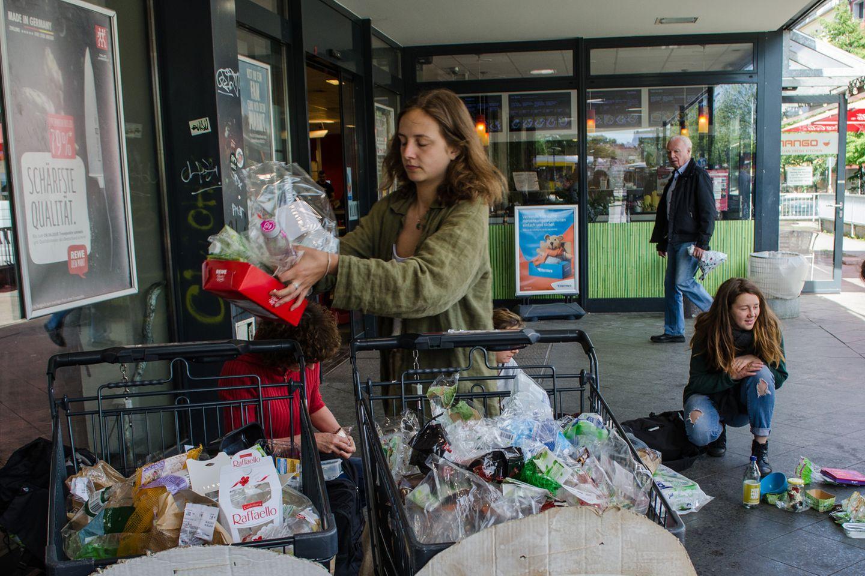 Warum Supermarkt-Kunden ihren Einkauf umfüllen und den Müll einfach liegen lassen