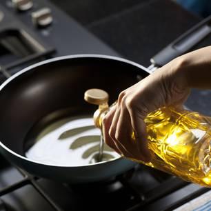 Ölflecken entfernen: Pfanne mit Öl