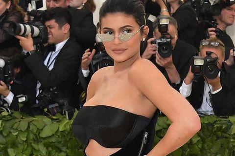 Party statt Baby? Das Netz beschimpft Kylie Jenner als Rabenmutter