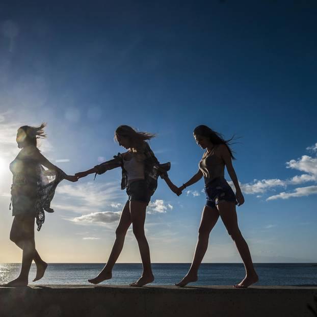 Eventuell-Vielleicht-Lesben: Drei Frauen laufen Hand in Hand