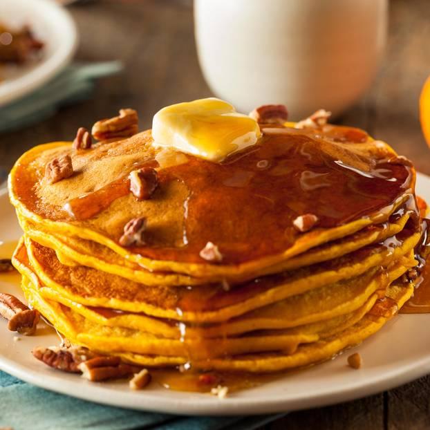 Pancakes mit Sirup und Butter