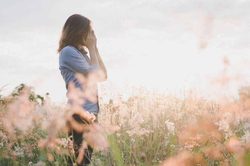 Psychische Gesundheit: Frau im Feld
