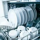 Spülmaschine stinkt: Offene Spülmaschine mit Geschirr