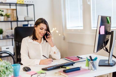 Frau telefoniert bei der Arbeit