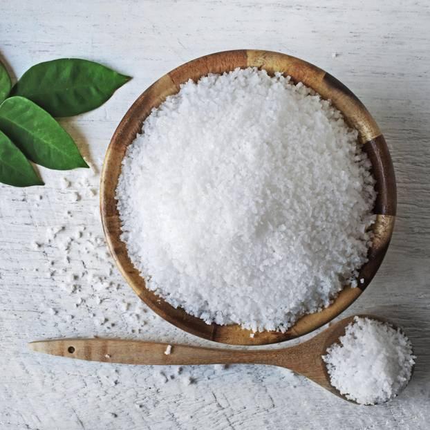 Salz im Essen: Salz in einer Holzschüssel