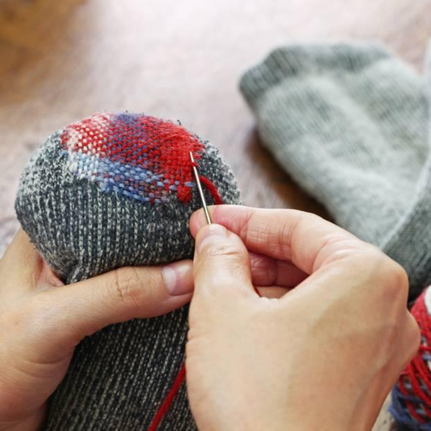 Socken stopfen: So geht\'s ganz einfach | BRIGITTE.de