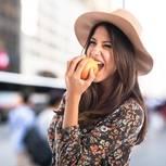 Apfeldiät: Frau beißt in einen Apfel