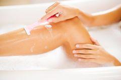 braune Punkte an den Beinen: Frau rasiert ihre Beine in der Badewanne