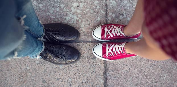 Männer- und Frauenfüße von oben