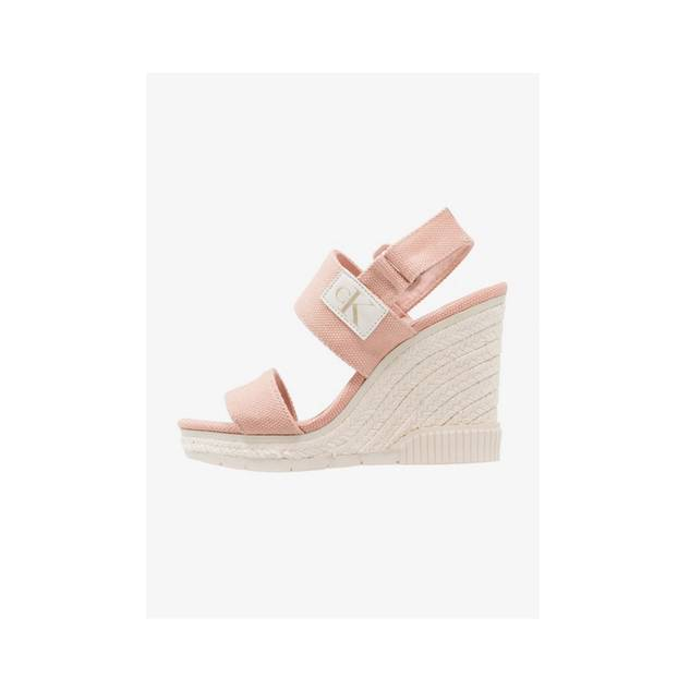 Sandalen mit hohem Absatz in Pfirsich. Von Calvin Klein, um 100 Euro.