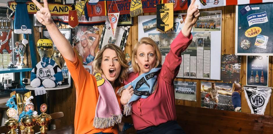 Barbara und Jessy Wellmer feiern in einer Fußball-Kneipe