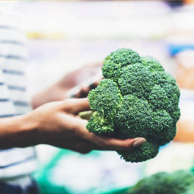 Müll vermeiden: Frau kauft Brokkoli im Supermarkt