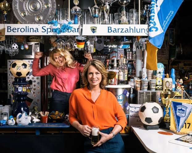 Barbara und Jessy Wellmer beim Interview in der Fußball-Kneipe