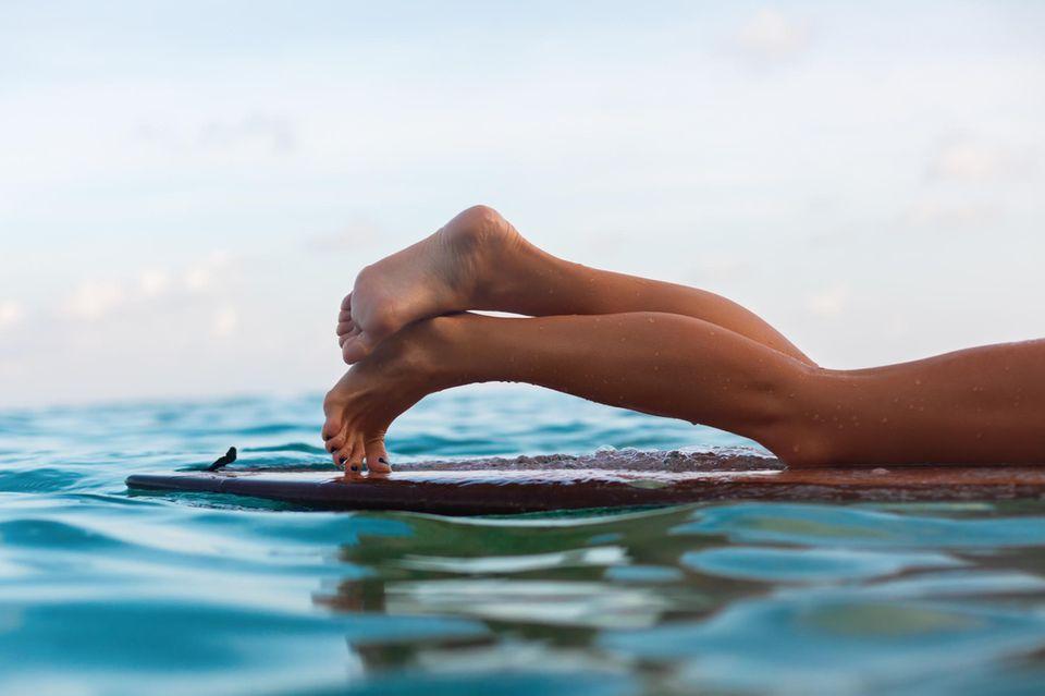 Frau mit gebräunten Beinen