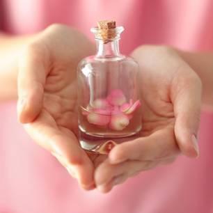 Ätherische Öle und ihre Wirkung: Frau hält Ölfläschchen in der Hand