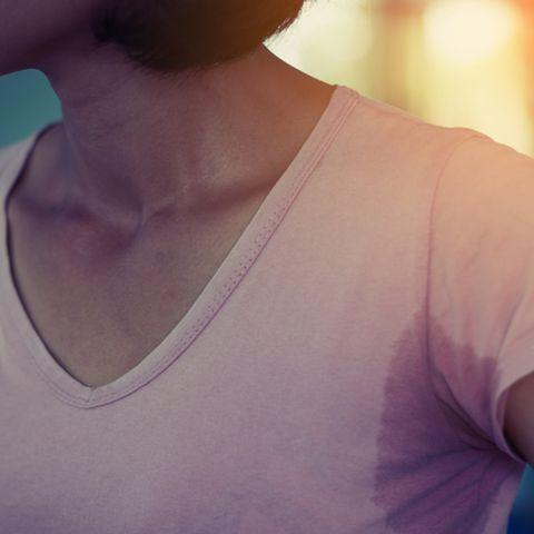 Schweißgeruch aus Kleidung entfernen: Frau mit Schweißfleck