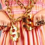 Instagram: Ein Mädchen mit protzigem Goldschmuck