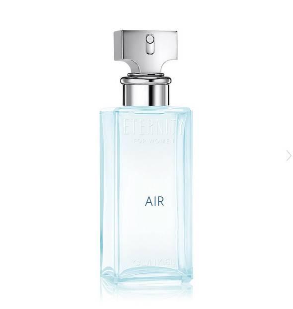 Dieser Duft ist genauso frisch, wie es der hellblaue Flakon vermuten lässt. Das Parfum wirkt sehr klar mit einem leicht blumigen Hauch - ebenfalls toll für den Sommer.  Erhältlich zum Beispiel über Flaconi, 30 ml, ab 47 Euro.