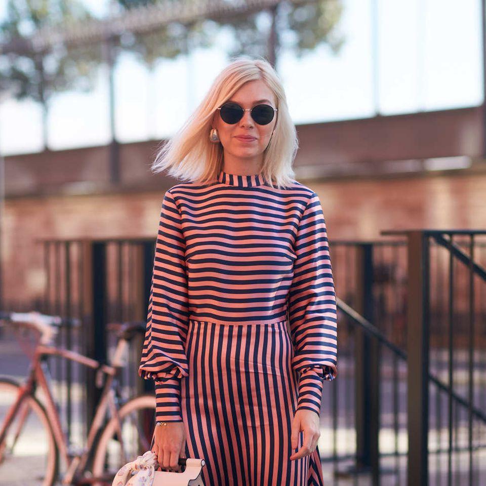Frisuren für feine Haare: Frau trägt blonden glatten Long Bob
