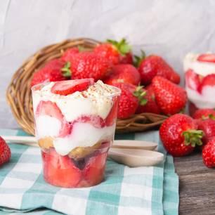 Erdbeer-Tiramisu: Dessert im Glas vor frischen Erdbeeren